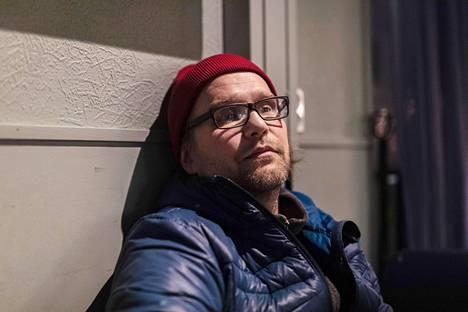 """Äkäslompolossa Public House Selvä Pyyn yrittäjä Ilkka Poutasen mukaan ravintolassa on mietitty, millä edellytyksillä ravintola voi olla auki ja tehty varotoimia. Esimerkiksi hygieniasta huolehditaan entistä tarkemmin ja asiakkaita muistutellaan varotoimista. Poutanen peräänkuuluttaa myös ihmisten yksilönvastuuta.""""Se ei oikein toiminut viime viikolla, mutta tänään, kun juttelin henkilökunnan kanssa, niin selvä muutos on tapahtunut ihmisten käyttäytymisessä"""", hän sanoo.""""Harmittaa riskiryhmien liikkuminen. Selkeästi eniten meillä aiheuttaa pohdintaa selvästi yli 70-vuotiaiden ihmisten ravintolassa käynti. Se on jonkinlainen ongelma tällä hetkellä.""""Poutasen mukaan viikonlopun jälkeen Selvä Pyy lopettelee iltatoimintaansa ja keskittyy Take away -ruokapalveluun."""