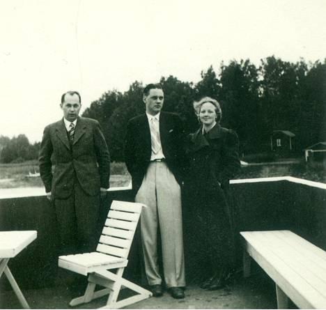 Isak Räsäsen lapset Veikko Räsänen (kesk.) ja Auli Hänninen (os. Räsänen) merisaunan kattoterassilla noin vuonna 1936. Auli Hänninen oli Outi Silfveniuksen (os. Hänninen) äiti. Auli Hänninen asui perheineen Räsälässä 1940- ja 1950-luvuilla.