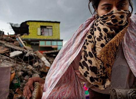 Nainen kävi hakemassa omaisuutta romahtaneen asuintalon raunioista Kathmandussa. Osassa raunioita on yhä myös maanjäristyksen uhreja, joita ei ole saatu vielä esiin.