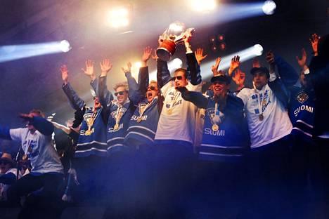 Jääkiekko on noussut suosituimmaksi menestyslajiksi Suomessa. Lähes puolet väestöstä haluaa nähdä lajissa menestystä. Kuva vuoden 2011 MM-kultajuhlista Kauppatorilta.