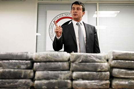 Ranskan sisäministeri Manuel Valls esitteli takavarikoituja huumeita toimittajille.