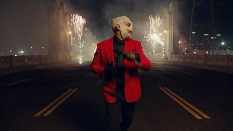 The Weeknd esiintyi marraskuussa 2020 American Music Awards -tapahtuman pandemiaversiossa sideharsot päässään.
