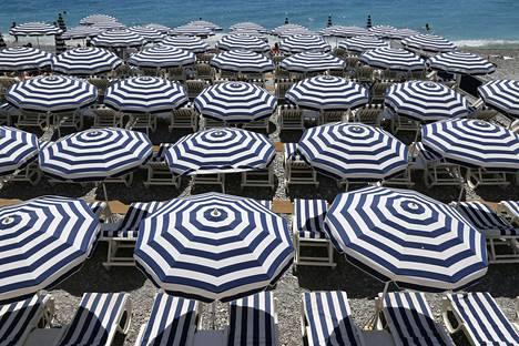 Matkailijoiden yöpymiset ovat laskussa Ranskassa. Ranta oli täynnä tyhjiä lepotuoleja kolme päivää terrori-iskun jälkeen Nizzassa heinäkuussa.