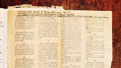 Presidentti Kyösti Kallion päiväkirjan välissä oli taiteltuna sosialidemokraattisen Työmies-lehden päätoimittajan ja kansanedustajan Edvard Valpas-Hännisen painattama ehdotus sisällissodan aselevoksi maaliskuulta 1918. Esitys sisältää myös punaisen puolen näkemyksen siitä, millaiseksi Suomi yhteiskuntajärjestykseltään sodan jälkeen rakennettaisiin.