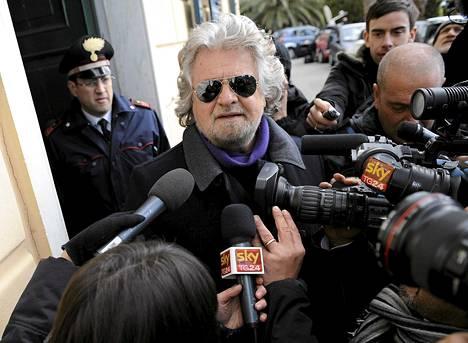 Beppe Grillo median ympäröimänä maanantaina.