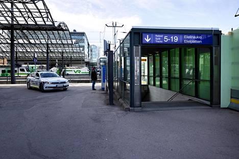 Puukotus tapahtui Helsingin päärautatieaseman Kaisaniemen puiston puoleisten raiteiden läheisyydessä maanantai-iltana.