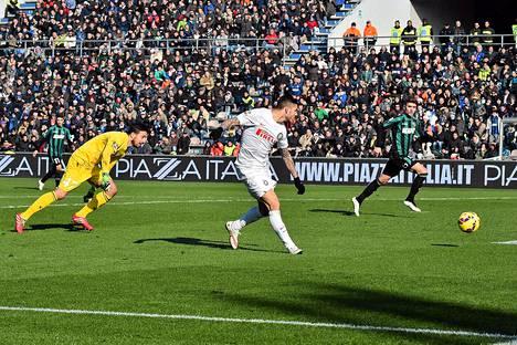 Mauro Icardi (kesk.) teki Interin maalin tappio-ottelussa Sassuoloa vastaan.