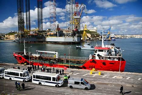Poliisi oli vastassa El Hiblu 1 -laivaa Vallettan satamassa Maltalla torstaina.