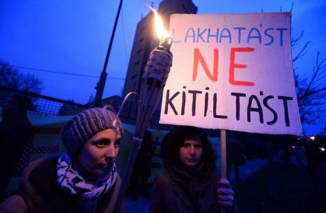 """Kaupunki kuuluu kaikille -järjestön aktivistit osoittivat mieltään uutta lakia vastaan Unkarin pääkaupungissa Budapestissa helmikuussa. """"Asuntoja, ei kieltoa"""", kyltissä lukee."""