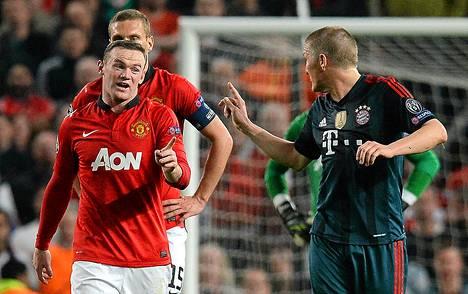 Wayne Rooney ja Bastian Schweinsteiger vaihtoivat näkemyksiä taklauksen jälkeen.