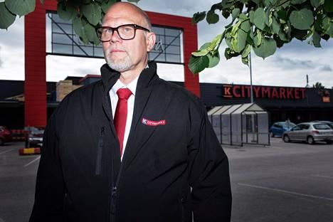 Kauppias Markku Hautala palkitun K-Citymarketin edessä.