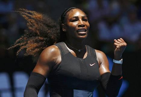 Serena Williams tuuletti neljännen kierroksen voittoaan maanantaina Australian avoimessa tennisturnauksessa.