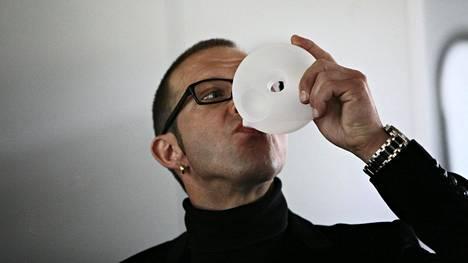 Suunnittelija Stefan Lindfors hörppäsi vettä Plup-pullostaan tuotteen esittelytilaisuudessa kesällä 2008.
