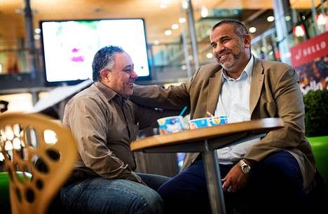 Egyptiläisystävykset Hossam Ghazy (vas.) ja Fahim al-Neshawy vaihtoivat kuulumisia Espoon kauppakeskus Sellossa.