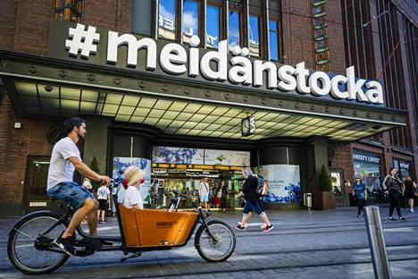 #meidänstocka -kyltti pysyy Stockmannin lipan päällä elokuun loppuun saakka.