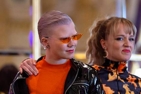 Viv ja Baby O eli Viivi Sopanen ja Hanna Ollikainen ovat mukana energisessä F3M-yhtyeessä. Edustuskappaleen nimi on Bananas.