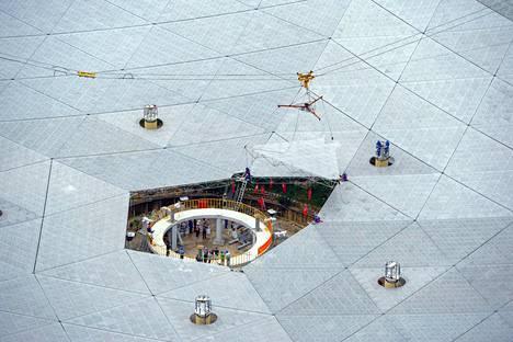 Viimeistä panelia asennettiin FAST-radioteleskooppiin Guizhoussa heinäkuussa.