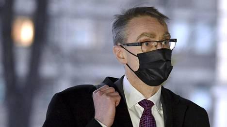 Oikeuskansleri Tuomas Pöysti saapumassa hallituksen neuvotteluun Säätytalolle Helsingissä 24. helmikuuta, jolloin hallitus neuvotteli koronatautitilanteesta ja sitä koskevista toimista.