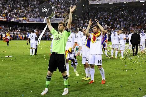 Real Madridin maalivahti Iker Casillas juhli cup-voittoa joukkuetovereittensa kanssa.