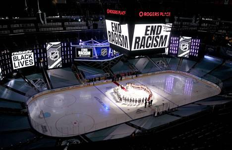 """Ennen ottelua jäähallin näytöillä pyörivät tekstit """"End Racism"""", """"Listen"""" ja """"Change""""."""