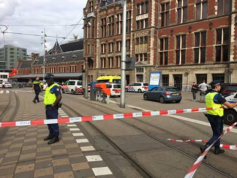 Poliisi eristi Amsterdamissa alueen, jossa kahta ihmistä puukotettiin.