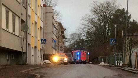 Paloautoja kerrostalon edustalla Haagassa.
