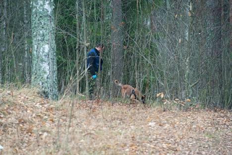Poliisi haravoi koiran kanssa nuorisotalo Rientolan pihapiiristä alkavaa rinnettä Joutsenossa sunnuntaina aamulla.