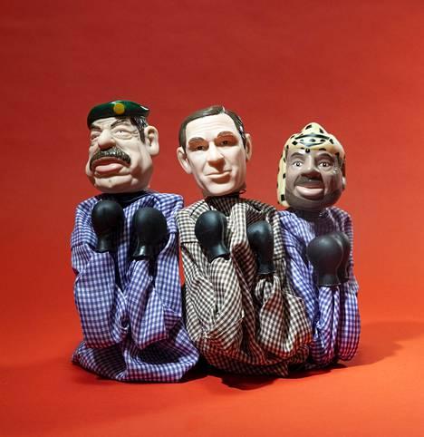 Saddam Hussein (vas.), George W. Bush ja Jasser Arafat ovat nyrkkeilytoiminnolla varustettuja käsinukkeja.