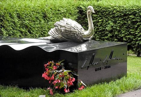 Valtioneuvos Harri Holkerin hautamuistomerkki julkistettiin Hietaniemen hautausmaalla Helsingissä keskiviikkona.