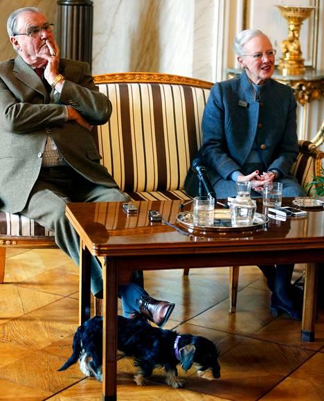 Tanskan kuningatar Margareeta kertoi ruuanlaitosta pitävän puolisonsa prinssi Henrikin paistavat lapsenlapsille avotulella lettuja. Perheen uusin tulokas on mäyräkoira Querida.