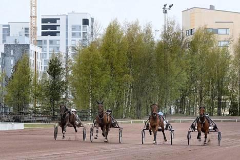 Pia Lännenpää (vas.), Emma Väre, Pekka Korpi ja Antti Teivainen testasivat perjantaina Vermon uusittua ravirataa.