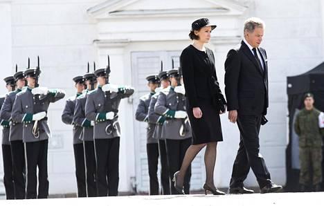 Presidentti Sauli Niinistö ja Jenni Haukio poistumassa Mauno Koiviston siunaustilaisuudesta Tuomiokirkosta helatorstaina 2017.