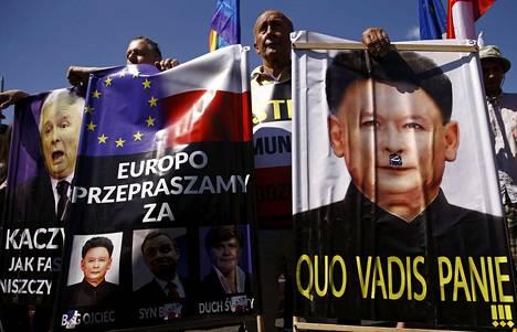 Laki ja oikeus -puolueen johtaja Jarosław Kaczyński rinnastettiin Pohjois-Korean Kim Jong-uniin mielenosoituksessa Varsovassa.