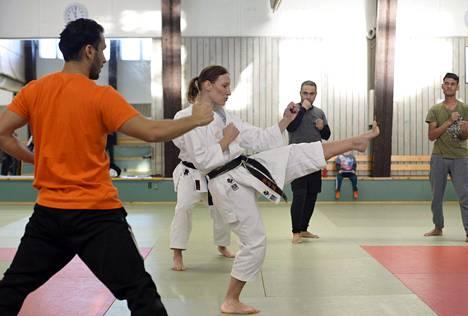 Tapanilan Erän karateohjaaja veti karaten alkeistuntia turvapaikanhakijoille tammikuussa.