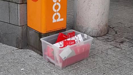 Joulukorttien postittajat hieraisivat silmiään Myyrmannin edustalla, kun kortteja kerättiin avonaiseen muovilaatikkoon.
