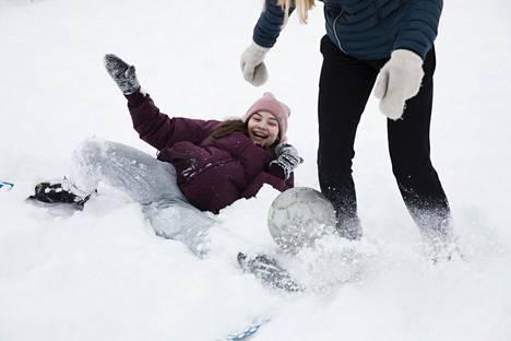Juvanpuiston koulun yhdeksäsluokkalainen Peppiina Blomqvist pelasi liikuntatunnilla luokkatovereidensa kanssa hankifutista suksi toisessa jalassaan.