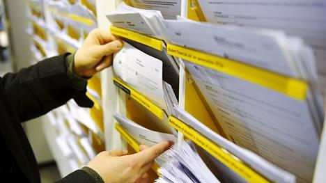 Kelan suurimpia byrokraattisia ongelmia on se, että Kelassa joudutaan odottamaan etuushakemuksen liitteiden saapumista.