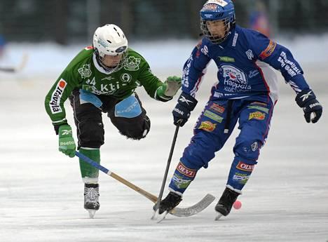 Porvoon Akilleksen Juuso Johansson (vas) ja Botnian Niki Vihtola kamppailivat pallosta Bandyliigan avausottelussa.