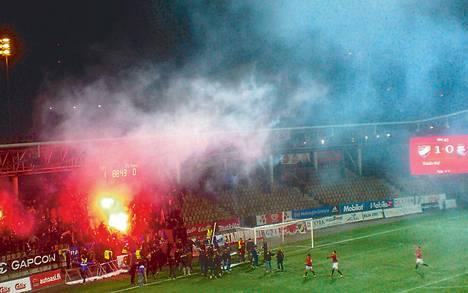 HIFK:n fanit sytyttivät punaisia soihtuja palamaan joukkueen 1–0-maalin jälkeen.