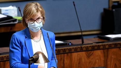 Oikeusministeri Anna-Maja Henriksson eduskunnan täysistunnossa Helsingissä 24. maaliskuuta 2021.