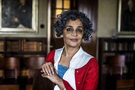 Äärimmäisen onnen ministeriö on vasta Arundhati Royn toinen romaani. Esikoisteos Joutavuuksien jumala ilmestyi 20 vuotta sitten, ja siitä tuli palkittu kansainvälinen menestys