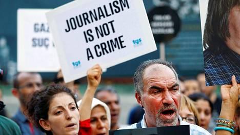 Mielenosoittajat protestoivat sananvapausaktiivien pidätyksiä vastaan Istanbulissa kesäkuussa.