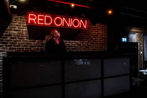 Markku Aaltonen aloitti työt Myyrmäen Red Onionissa viikko sen jälkeen, kun baari ensimmäisen kerran avattiin vuonna 1994. Monille tuttu valokyltti on säilynyt 90-luvulta. Aaltonen kokeili työskennellä muualla, mutta palasi valokyltin alle neljä vuotta sitten, eikä suunnittele enää lähtevänsä.