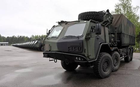Puolustusvoimat osti Sisu Defenceltä 60 tällaista raskasta maastokuorma-autoa vuonna 2010.