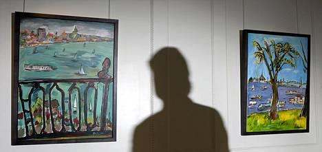 Näyttelyvieraan varjo Bob Dylanin taidenäyttelyn seinällä Lontoossa helmikuussa. Useita Dylanin New Yorkissa näytteillä olevien töiden väitetään muistuttavan kuuluisia valokuvia.