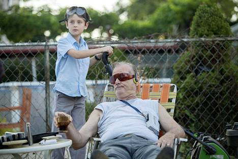 St. Vincent -elokuvassa yrmystä naapurinmiehestä Vincentistä (Bill Murray) tulee Oliver-pojan (Jaeden Lieberher) iltapäivien kyseenalainen tuki ja turva.