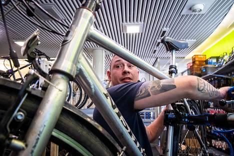 Sami Rostedt liikkeessään Suomen Polkupyöräkierrätyksessä. Liike on erikoistunut käytettyjen pyörien kunnostukseen ja myyntiin.