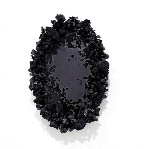 Veera Kulju: Noir, 2020, musta savi, lasite, posliini.