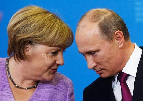 Saksan liittokansleri Angela Merkel ja Venäjän presidentti Vladimir Putin keskustelivat kansainvälisessä talouskokouksessa Pietarissa kesäkuussa 2013.