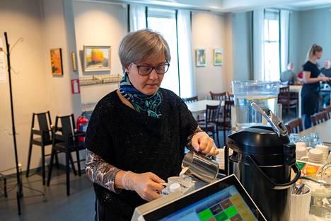 Susanna Bärlund haluaa tukea pieniä yrityksiä ja tuli siksi lounaalle Brunnsdaliin. Ravintolakäyntiä varten hän oli suojautunut hanskoilla.